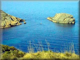 Cala Fontanelles es una cala que usan los pescadores menorquines de la zona, que la usan de marina en seco para reparaciones de los barcos