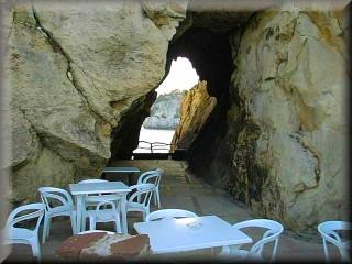 ventana vista al mar de la cueva de la isla junto al restaurante en Cala Galdana