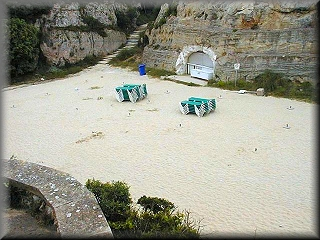 La playa junto al hotel Los Delfines, justo al final de un estrecho canal rocoso con una pequeña playa que luego se agranda para dar lugar a este arenal