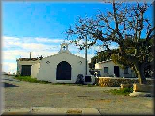 La hermita de Sa Farola, se encuentra detrás del Faro de de entrada al Puerto de Ciudadela, en la otra banda del Castillo de Sant Nicolau y en el camino por la costa a Calan Blanes y los Delfines