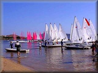 Playa de Ses Salenes, area de la escuela de vela windsurt y el muelle del club maritimo de Fornells