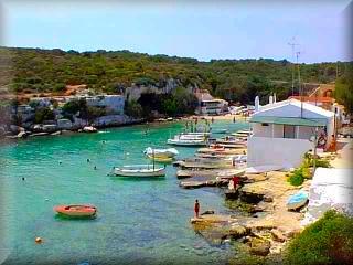 Alcaufar, cala alcaufar es un pequeño caseria jusnto a la cala de Alcaufar soble la que se encuentran las casetas de pescadores tipicas en la costa menorquina