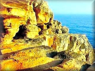 El area de Canutel, pasando la urbanizacion de Ses Tanques,  el acantilado de de gran belleza y muy apropiado para excursiones