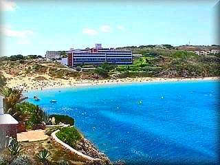 Areal de en castell, la playa es el centro de la vida de la urbanizacion con una buena cantidad de apartamentos a pie de la amplia playa