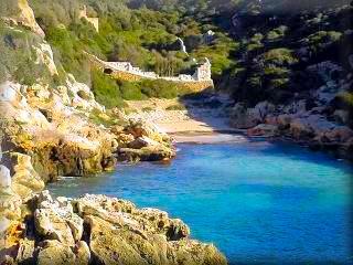 La playa de Binidali (Bini Dalí) es pequeña pero muy acogedora, la playa esta muy resguardada por el barranco, junto a ella hay una cueva prehistórica, justo al lado de la playa que es muy visitada por nudistas, amantes de la practica del naturismo