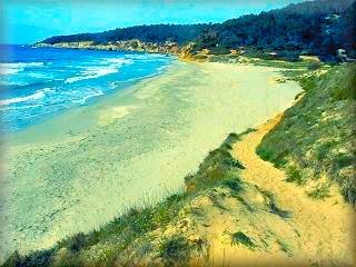 A la derecha de santo Tomas, la primer playa, es Binigaus, buena bonita y compartida con los que practican nudismo, es la puerta al barraco de Binigaus y excursión a la cova de Coloms