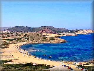 la gran playa de binimella o binimerla con su amplo aparcamiento para coches es la pueta de entrada a todas las playas de cavalleria, pregonda cala mica playa de ferragut