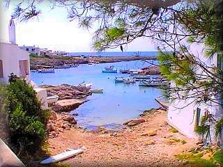 Biniancolla en la costa de San Luis de pequeñas casas al borde de la cala de Biniancolla cuenta con una interesante oferta de restaurantes con terrazas mirando al los bellos atardeceres en el mar