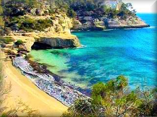Cala Mitjana, en el area de cala Galdana y de camino a Cala Tebaluger son un grupo de playas virgenes de esnueño, emblemas de Menorca