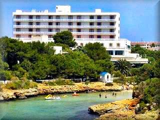 Calan Blanes, de las primeras urbanizacion turistica de Menorca muy proximo a Ciudadela, es la cal justo a la izquierda del Puerto de Ciutadella