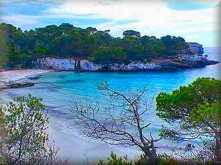 Macarella, es una de las playas elegidas, es junto con, Trebaluger en el sur y Algaiarens y Pregonda en el norte son las playas vírgenes mas cuidadas y bonitas de Menorca