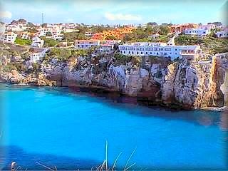 La urbanización de Calan Porter esta construida toda sobre uno solo de los lados del acantilado y es una de las mas grandes áreas turísticas de Menorca