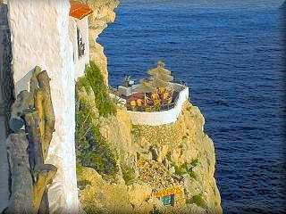 La Cova d`en Xoroi es la discoteca mas especial de Europa, con unas vistas desde los balcones al Mar de día o de noche visita la Cova den Xoroi impone, recoge el alma