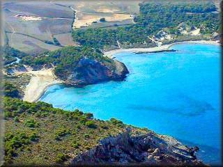 Vista panorámica de La Val_ cala Algaiarens, donde se aprecia las dos playas, el curso de agua del torrente la zona de dunas detrás de Algaiarens y los campos de cultivo