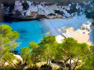 Macarelleta, es la playa pequeña, pero mas recogida, intima y claro para llegar un camino mas abrupto pero los nudistas la prefieren por la tranquilidad o la intimidad