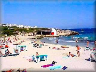 La hermosa playa de Binibeca, es y a sido uno de los emblemas para el reclamo turístico de la isla de Menorca dispone de todos los servicios de plata y un bosque de pinos al fondo de la playa