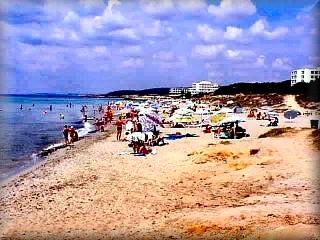 La playa de santo Tomas, en la costa sur pertenece al ayuntamiento de Es Migjorn Gran, y cuenta con una urbanización de las grandes y veteranas en la actividad turística de Menorca