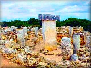 Camino de Calan Porter a Alaior se encuentra el increíble poblado talaiotico de Torralba den Salor, poblado prehistórico con una de las taulas mas espectaculares, un museo al aire libre