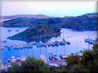 El pequeño puerto de Aldaya situado en la zona media de la cara norte de la isla dispone de entradas de gran longitud y dan abrigo seguro a las embarcaciones