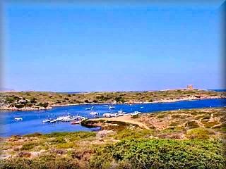 el Puerto de Sa Nitja, port de sa nistja,area del primer acentamiento humano en Menorca, hoy un pequeño puerto con barcas de pescadores en el camino al faro de Cavalleria