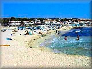 La playa Punta Prima frente a la isla del Aire es un sitio muy concurrido, por turistas y locales, esta muy próximo a Sant Lluis Y Mahón