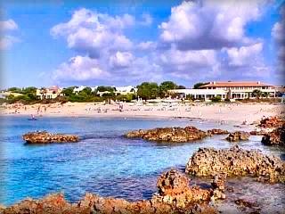 La playa de Son Xoriguer , es el limite de las playas urbanizadas, a partir de aquí hay playas vírgenes en un buen tramo de costa de Ciudadela