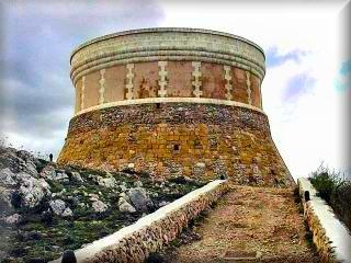 La torre de fornells, la mas grande de todas las torres de defensa de la costa menorquina, hoy ya restaurada es museo y muestra las armas y enseres de las milicias que moraban en el Bunker