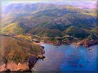 Desde Ets Alocs parte el sendero a Cala Pilar, la vista aérea muestra la cala de Ets Alocs y el principio del sendero