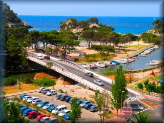 Vita general del puete de Cala Galdana, la playa y el area de ocio nautico del Rio de Cala Galdana