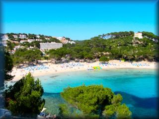 La playa de cala galdana mostrada en toda plenitur del verano dando alegria a los turistas