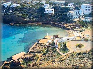La urbanización de Cala Morell, una curiosa y muy interesante área turística, con su pequeña playa muestra al desnudo las dos eras geológicas de Menorca, además de formaciones rocosas curiosas