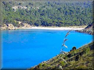 La playa de Es Bot, en en área de La Vall vista desde el mirador y camino de cala Fontanelles, punto de refugio para barcas de pescadores