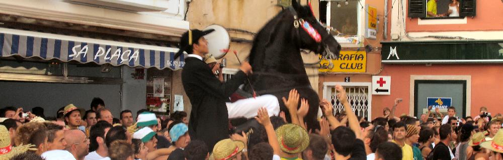 Fiestas patronales de Menorca, fiestas de Es Mercadal, tradicional jaleo en la plaza