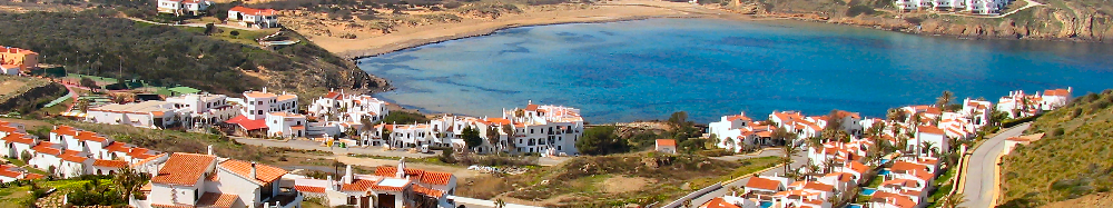 Foto panoramica de la urbanizacion Playas de Fornells y la playa de Cala Tirant, costa norte de Menorca
