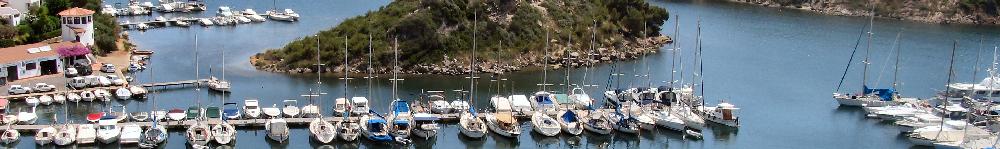 Vista de los barcos amarrados en el Port de Addaia, Puerto refugio de la costa norte de Menorca, Addaya cunta con gruas y servicio de mantenimiento mecania marina