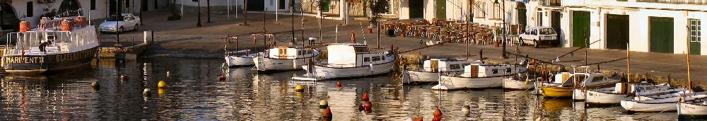 Foto panoramica de la la emblematica Calas Fons, puerto pesquero y rincon de restaurantes en Es Castell, y sobre el Puerto de Mahon